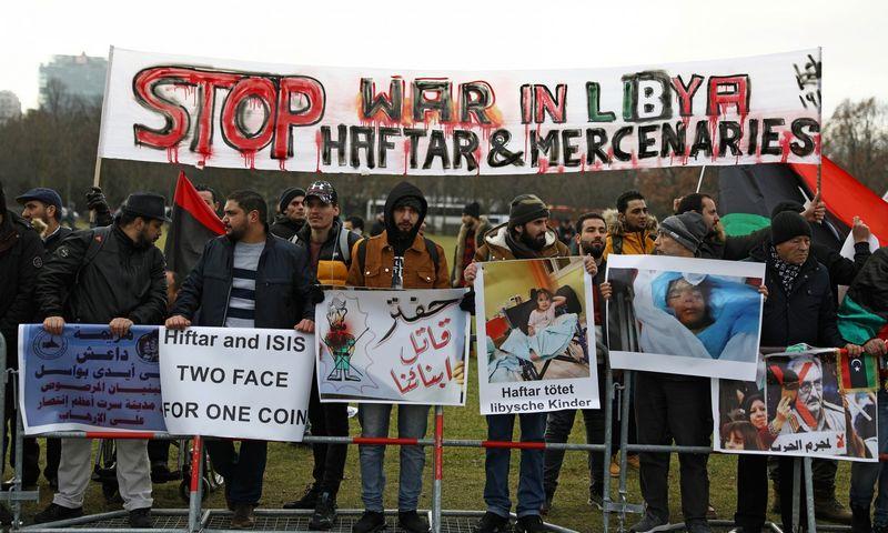 """Į konferenciją Berlyne atvykusius pasaulio lyderius pasitiko protestuotojai, reikalaujantys sustabdyti maršalo Kh. Haftaro puolimą. Christian Mang (""""Reuters""""/""""Scanpix"""") nuotr."""