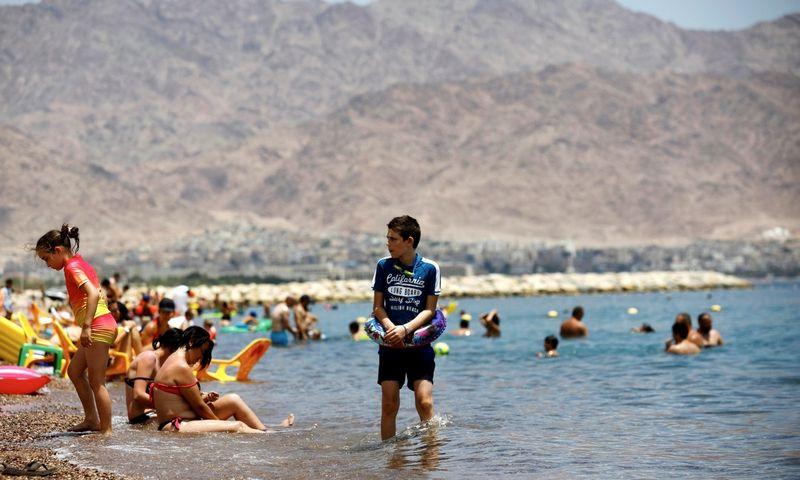 Poilsiautojai Eilato kurorto paplūdimyje, Izraelis. Amir Cohen (REUTERS/Scanpix) nuotr.