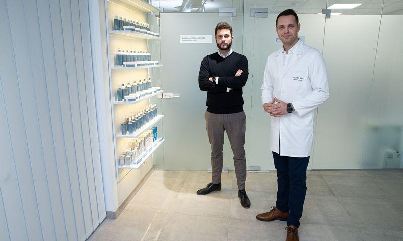 Vytenis Škarnulis, plaukų transplantacijos ir medicinos centro HAIR CLINIC, vadovas (kairėje) ir gyd. Vytautas Dockus, HAIR CLINIC medicinos vadovas. Vladimiro Ivanovo (VŽ) nuotr.