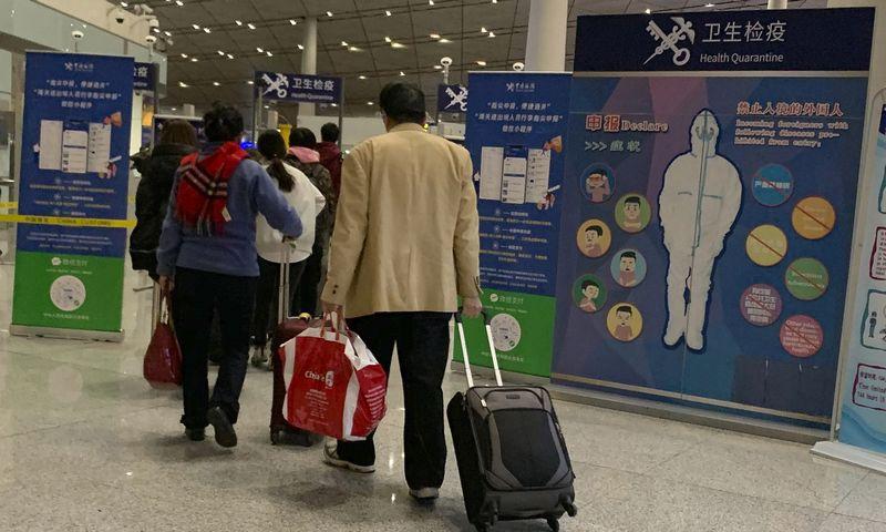 """Paslaptingos ligos aukų skaičius padidėjo Kinijai rengiantis intensyviausiam metų kelionių sezonui. Ng Han Guan (AP/""""Scanpix"""" nuotr.)"""