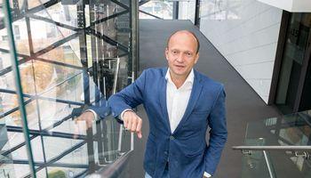 """Sukrėtimų tikimybei sumažėjus """"Swedbank""""didinaBVP prognozę"""