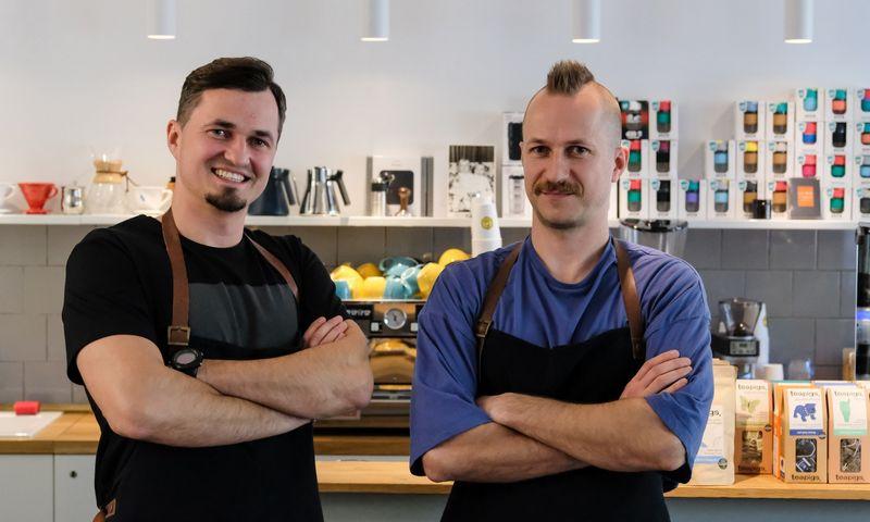 """Martynas (kairėje) ir Aistis Normontai, e. parduotuvės ir kavos baro """"Kavos reikalai"""" įkūrėjai, apie 45% pradinių investicijų skyrė prekėms įsigyti, rizika pasitvirtino – sandėlis auginamas toliau. VLADIMIRO IVANOVO (VŽ) nuotr."""