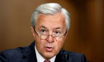 """Į korupcijos skandalą įsivėlusiam """"Wells Fargo"""" vadovui uždrausta užsiimti bankine veikla"""
