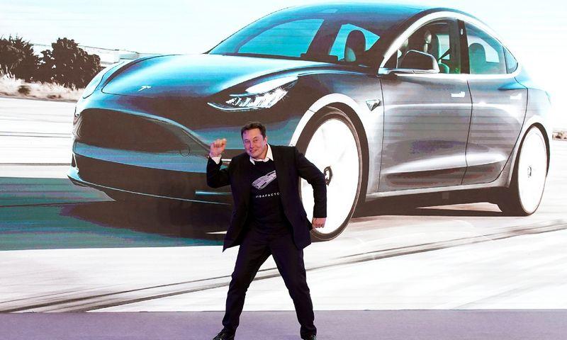 """""""Teslos"""" vadovas Elonas Muskas šokiu pažymėjo """"Model 3"""" pristatymą strateginei Kinijos rinkai. Aly Song (""""Reuters"""" / """"Scanpix"""") nuotr."""