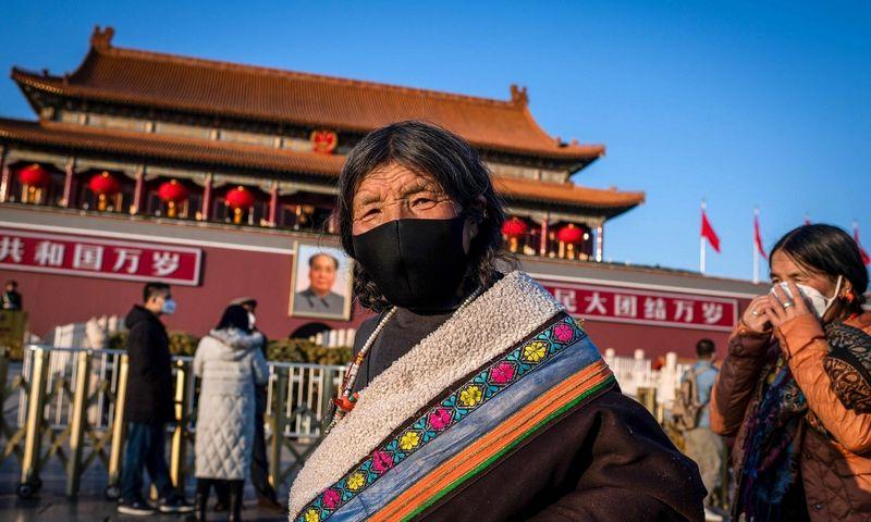 Turistai iš Tibeto prie Tiananmenio vartų Pekine vaikšto dėvėdami apsaugines kaukes. Nicolas Asfouri(AFP/SCANPIX) nuotr.