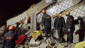 Turkijoje žemės drebėjimopadaugėjo iki 22, tūkstantis sužeisti