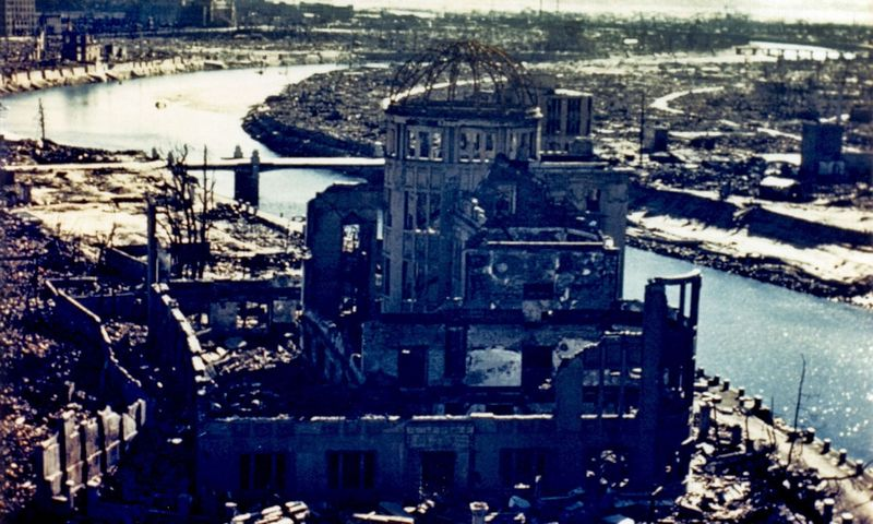 """1945 m. rugpjūčio 6 d. Hirošimos prefektūros pramonės skatinimo salė, vienas iš kelių pastatų, atlaikiusių atominės bombos sprogimą. (AFP/""""Scanpix"""") nuotr."""