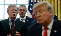 Dar nepublikuota J. Boltono knyga pila žibalo į D. Trumpo apkaltos ugnį