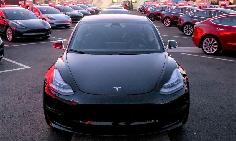 """""""Tesla Model 3"""" tapo perkamiausiu automobiliu Norvegijoje ir leido pasiekti naujus prekybos elektromobiliais rekordus. """"Tesla Motors"""" nuotr."""