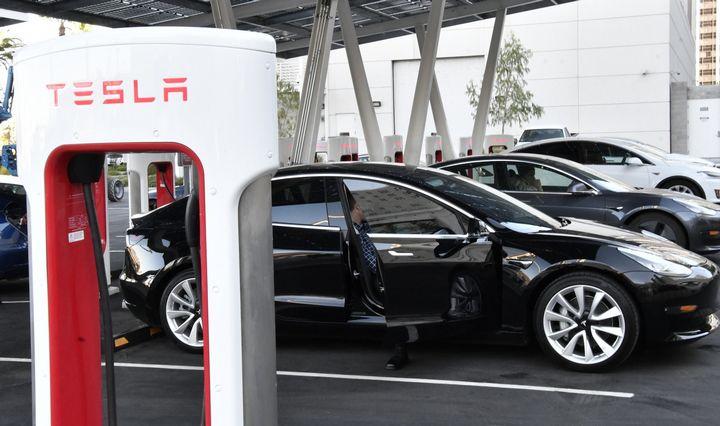 """""""Tesla"""" gestas: siaučiant koronavirusui Kinijoje pasiūlė nemokamą įkrovą"""