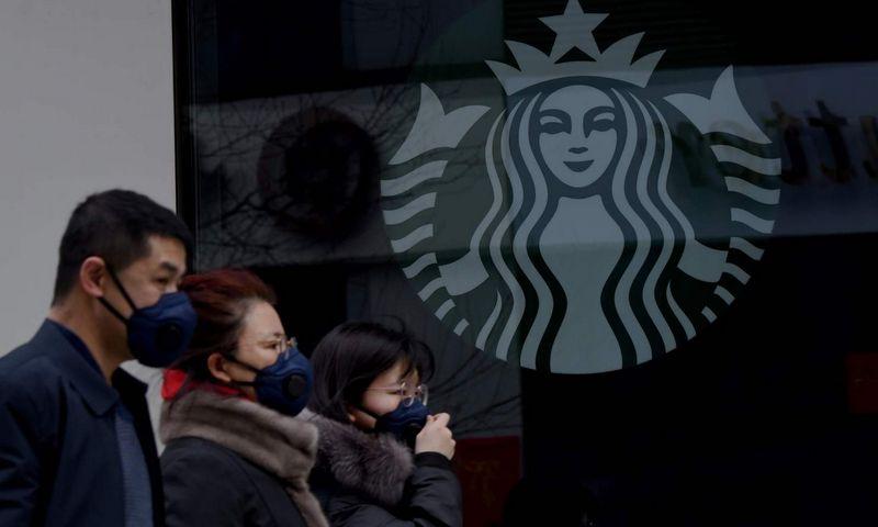 """""""Starbucks"""" Kinijoje uždarė beveik pusę tinklo kavinių. Noel Celis (AFP/""""Scanpix"""") nuotr."""