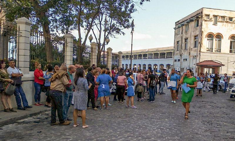 """Havanoje šimtai žmonių išbėgo iš pastatų į gatves. Adalberto Roque (AFP / """"Scanpix"""") nuotr."""