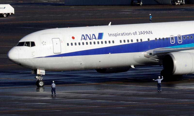 """Japonijos lėktuvu, trečiadienį ryte nusileidusiu Tokijuje, buvo parskraidinta apie 200 žmonių. Kim Kyung-Hoon (""""Reuters"""" / """"Scanpix"""") nuotr."""