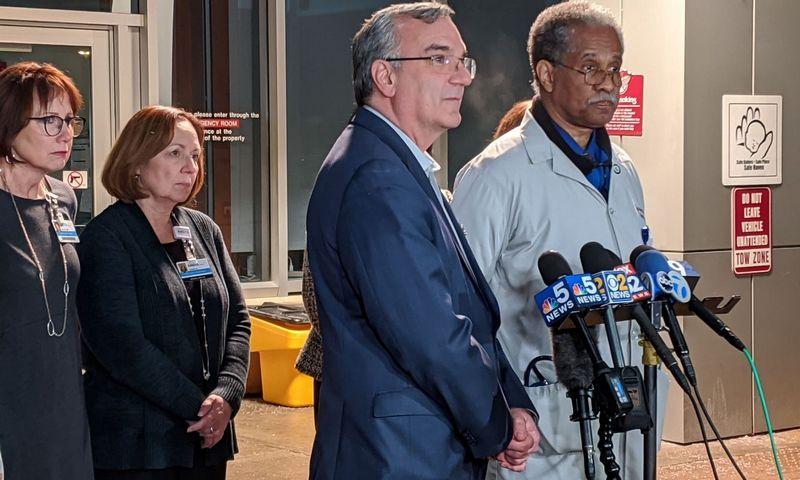 """""""Amita Health Chicago"""" ligoninės infekcinių ligų specialistas dr. Lynwoodas Jonesas (dešinėje) ir vyriausiasis klinikos pareigūnas Stuartas Marcusas (kairėje) praneša žiniasklaidai apie antrą koronaviruso atvejį Čikagoje. Dereko R. Henkle (AFP / """"Scanpix"""") nuotr."""