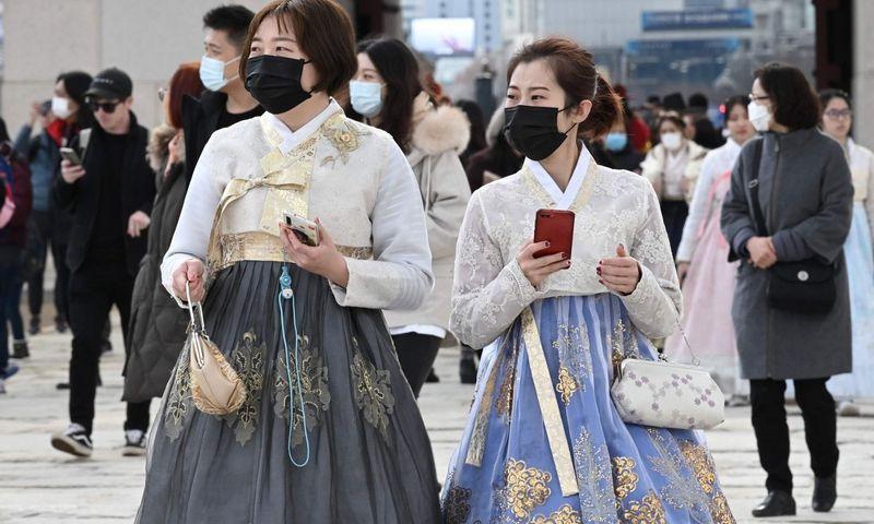 Turistės su apsauginėmis kaukėmis. Jung Yeon-je (AFP/Scanpix nuotr.)
