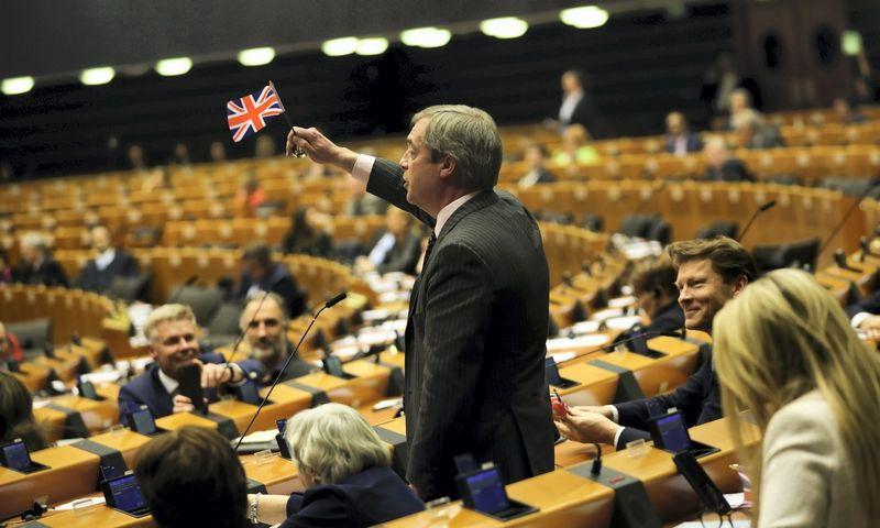 """""""Brexit"""" didžiausias šalininkas Nigelas Farage'as kartu su dar 72 britų politikais oficialiai nebeteko Europos Parlamento narių mandatų. Francisco Seco (AP/Scanpix) nuotr."""