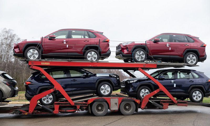 """Į prekybos salonus vežamas """"Toyota RAV4"""" – sausį populiariausias naujas automobilis Lietuvoje. Vladimiro Ivanovo (VŽ) nuotr."""