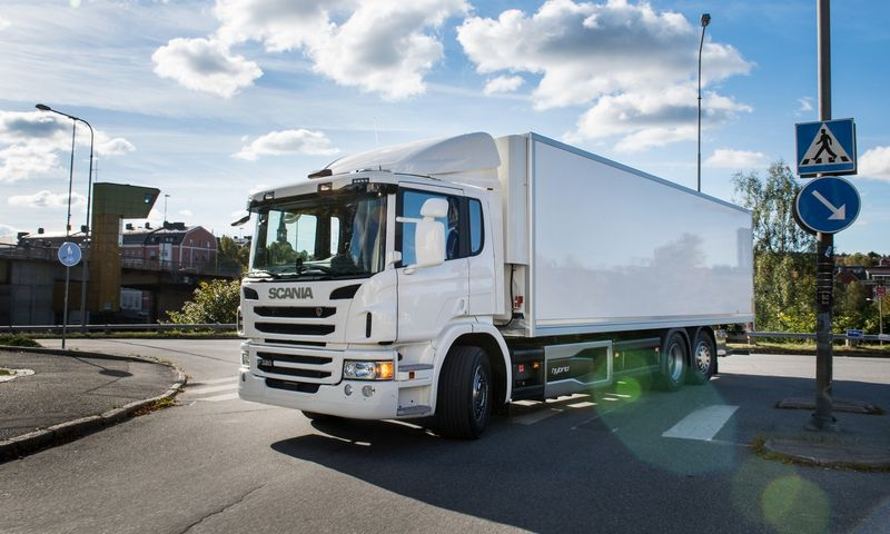 """""""Scania P 320 Hybrid"""" elektros pavara panaudota keičiant Stokholmo centre esančių restoranų aprūpinimo praktiką. """"Scania CV AB"""" nuotr."""