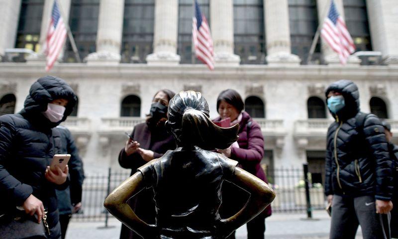"""Kinų turistai prie Niujorko biržos. Johannes Eisele (AFP / """"Scanpix"""") nuotr."""