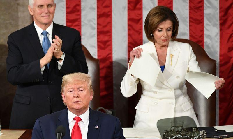 """Atstovų Rūmų pirmininkė Nancy Pelosi suplėšė prezidento metinio pranešimo tekstą, bet faktas lieka toks: praėjusią savaitę žlugo oponentų viltys, kad Donaldas Trumpas praranda populiarumą Respublikonų partijoje.  Mandel Ngan (AFP/""""Scanpix"""") nuotr."""