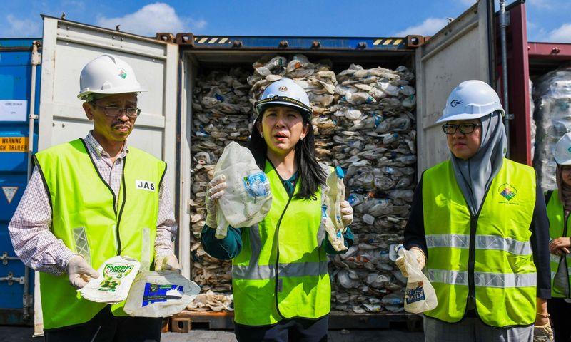 """Yeo Bee Yin, Malaizijos aplinkos ministrė, žada aktyvią kovą su nelegaliai į šalį įvežamomis šiukšlėmis. Mohdo Rasfano (AFP / """"Scanpix"""") nuotr."""