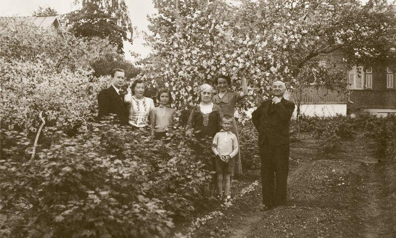Prie Holzhausų namo. Šančiai, Kaunas, 1939 m. Jonas Smilgevičius – pirmas iš dešinės. Vitalio Petrušio asmeninio archyvo / LNM nuotr.
