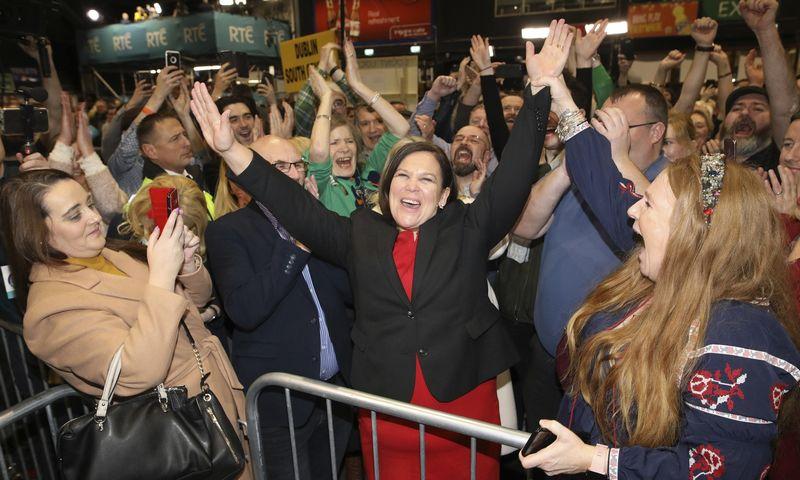 """Partijos """"Sinn Fein"""" lyderė Mary Lou McDonald švenčia. Peterio Morrisono (""""AP"""" / """"Scanpix"""") nuotr."""