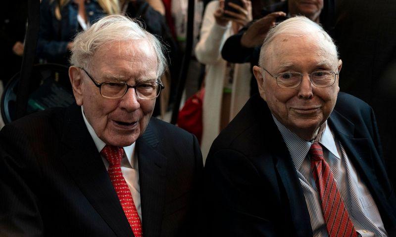 "Warrenas Buffettas ir Charlie Mungeris.  Johannes Eisele (AFP / ""Scanpix"") nuotr."