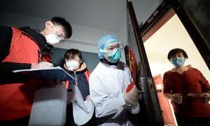 Kinijoje koronaviruso aukų skaičius artėja prie 1.400