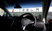 """""""Tesla"""" atšaukia daugiau kaip pusę 2016 m. parduotų """"Model X"""""""