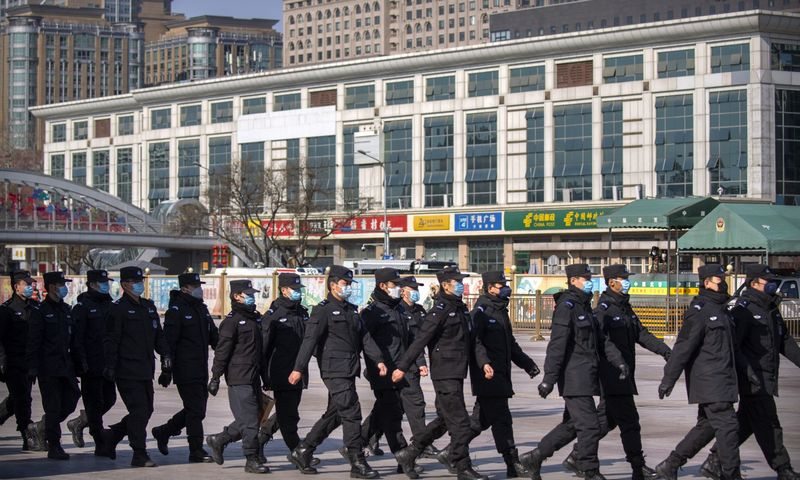 """Policijos patrulis prie Pekino geležinkelio stoties. Mark Schiefelbein (AP/""""Scanpix"""") nuotr."""