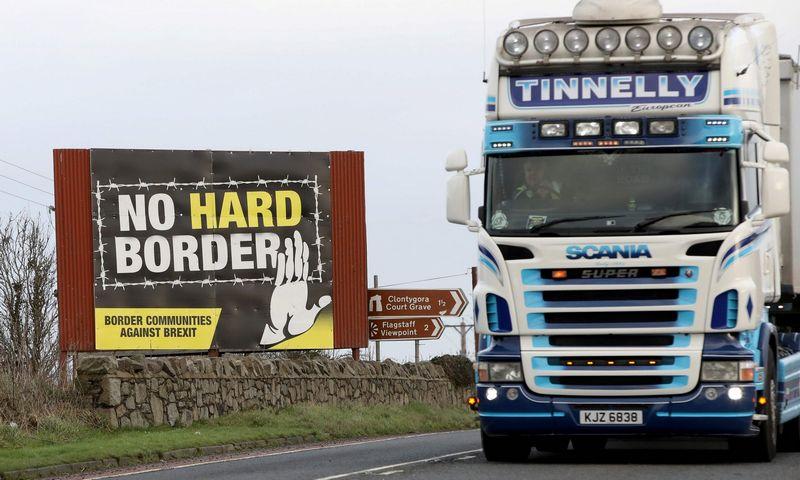 """EK tvirtina, kad Britanijos vežėjams taikomos kelių mokesčio lengvatos diskriminuoja kitų šalių vežėjus. AFP / """"Scanpix"""" nuotr."""