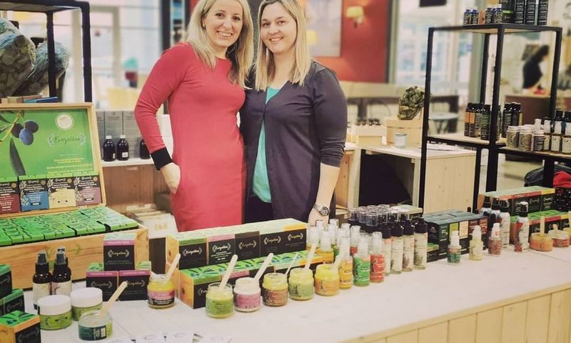 """Irmantė Miliauskienė (kairėje), prieš 7 metus įkūrusi medienos centrą """"Medžio aura"""", verslą papildė nauja veikla: ėmė pardavinėti graikišką kosmetiką.Įmonės nuotr."""