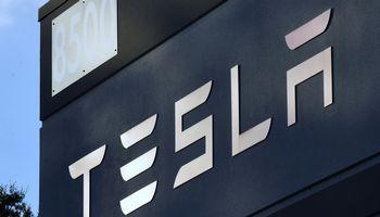"""""""Tesla"""" žvalgosi Lietuvoje, svarsto apie elektromobilių įkrovimo stoteles"""
