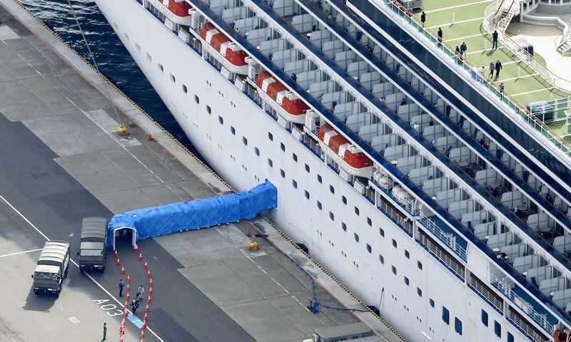 """Pasibaigus karantino terminui iš kruizinio laivo """"Diamond Princess"""" pradėti išleisti neužsikrėtusieji keleiviai. """"Kyodo""""/""""Reuters""""/""""Scanpix"""" nuotr."""