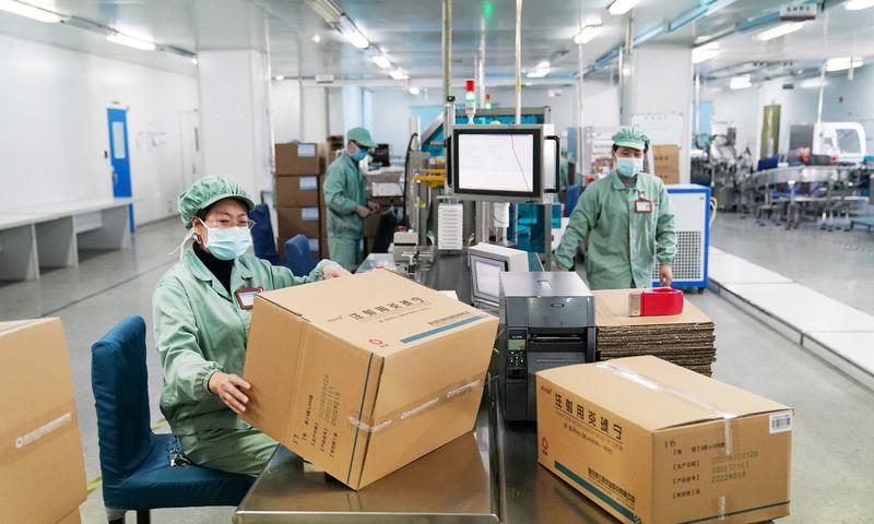 """78% apklaustų Šanchajaus bendrovių dėl darbuotojų trūkumo negali grįžti prie įprasto gamybos masto. Wang Jianwei (""""ZUMA Wire"""" / """"Scanpix"""") nuotr."""