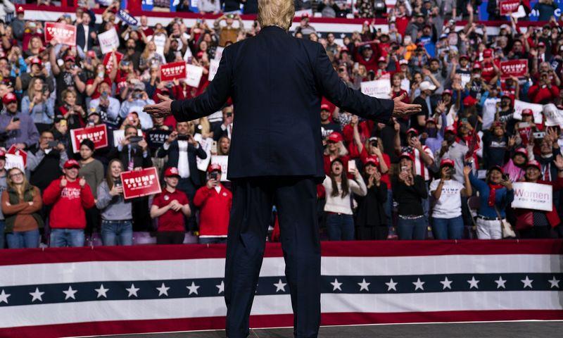 "JAV prezidentas Donaldas Trumpas rinkimų mitinge Kolorado Springse. Evan Vucci (AP / Scanpix"") nuotr."