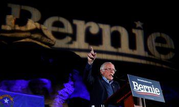 """B. Sandersas patarė Rusijai """"nekišti nagų prie Amerikos rinkimų"""""""