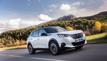"VŽ bando: ""Peugeot e-2008"" elektromobilis"