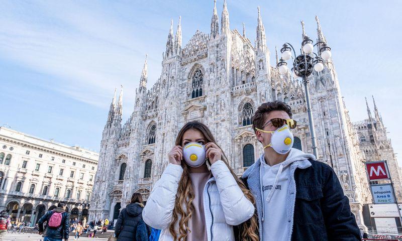"""Milane – turistai su kaukėmis. Marco Passaro (""""PA Images""""/""""Scanpix"""") nuotr."""
