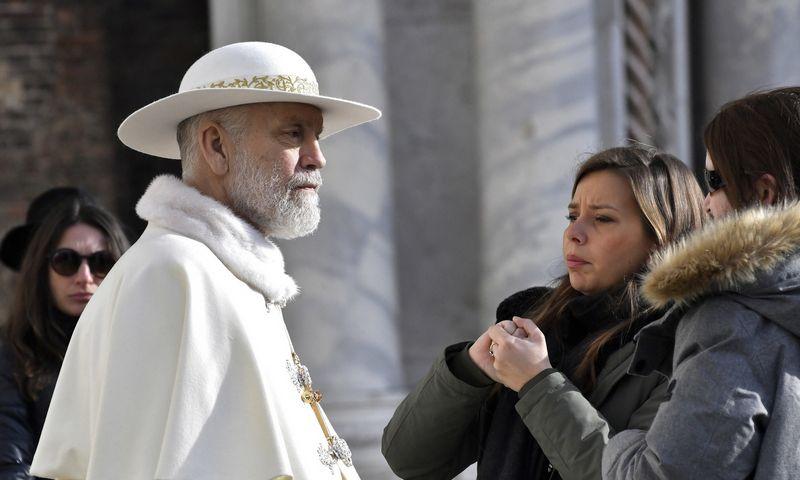 """Naujausias aktoriaus vaidmuo – ponas Džonas Branoksas seriale """"Naujasis popiežius"""". Luigi Costantini (AP/""""Scanpix"""") nuotr."""