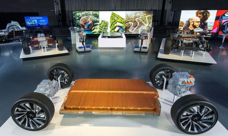 """""""LG Chem"""" gaminami """"Ultium"""" akumuliatoriai žada pokyčius elektromobilių raidoje. Steve Fechto / """"General Motors"""" nuotr."""