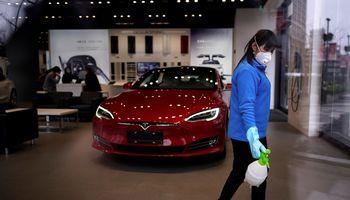 """Dėl viruso 80% kritusioje Kinijos rinkoje """"Tesla"""" vasarį augo"""