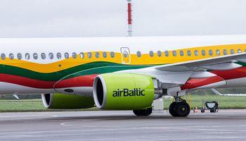 """Dėl koronaviruso """"airBaltic"""" atšaukia dar 2.000 skrydžių, atleis 400 darbuotojų"""