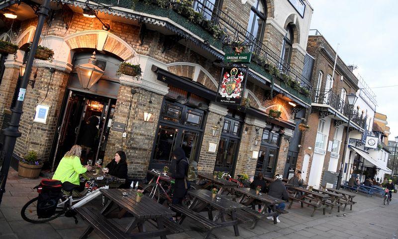 """Jungtinės Karalystės vyriausybė nuo kovo 21 d. ryto įsakė uždaryti visus barus. Toby Melville'io/""""Reuters"""" nuotr."""