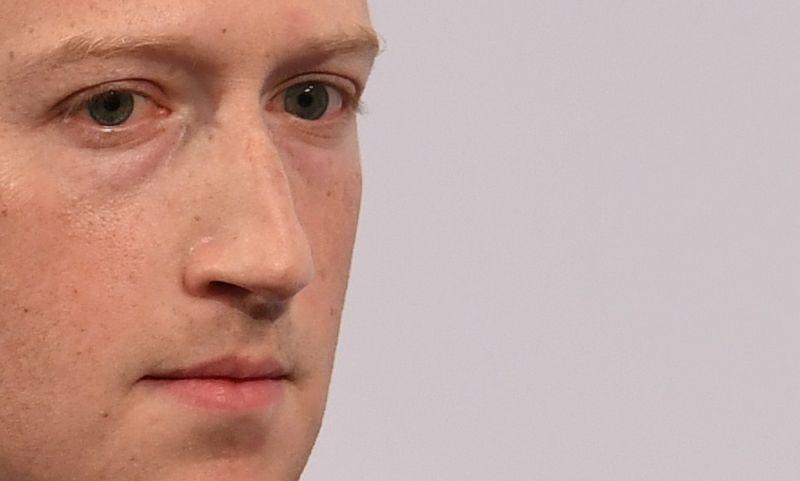 """Markas Zuckerbergas, """"Facebook"""" CEO, skelbia, kad socialinio tinklo darbuotojai sunkiu laikotarpiu sulauks 1.000 USD finansinės paskatos, tačiau ji siūloma ne visiems, dirbantiems su """"Facebook"""". Andreaso Geberto (""""Reuters""""/""""Scanpix"""") nuotr."""