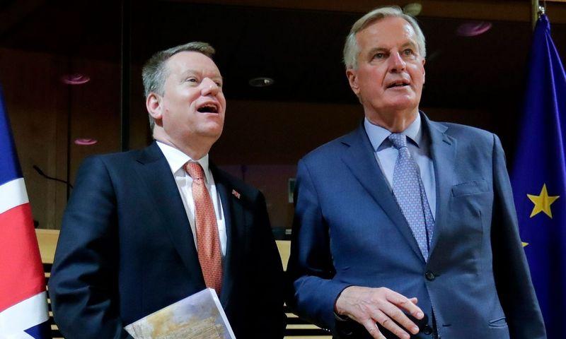 "Davidas Frostas ir Michelis Barnier. Olivier Hoslet (""AFP"" / ""Scanpix"") nuotr."