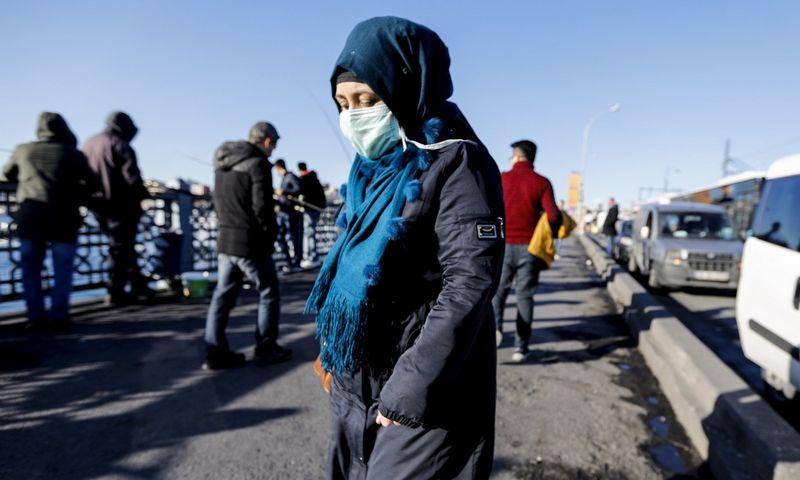 """Turkijoje plintant naujajam koronavirui, žmonės gatvėse vaikšto dėvėfami kaukes ir pirštines. Jason Dean (ZUMA Wire/""""Scanpix"""") nuotr."""