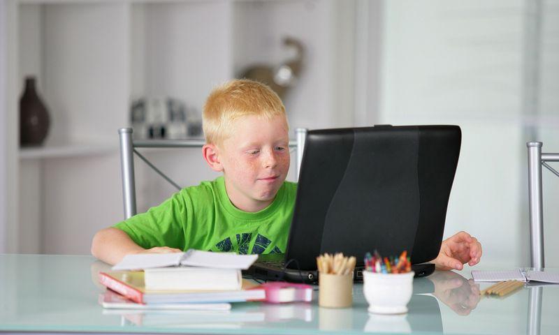 """Vaikams reikia išaiškinti: nors visi esate namuose, tai – ne atostogos ir ne savaitgalis. """"Scanpix"""" nuotr."""