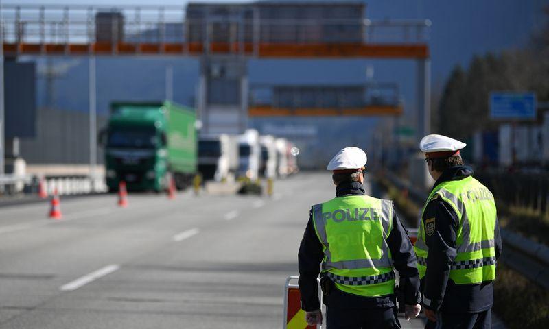 """Austrijos pasienyje kruopščiai tikrinama visų sunkvežimių vairuotojų sveikatos būklė. """"Reuters"""" / """"Scanpix"""" nuotr."""